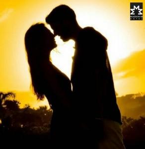 pareja en puesta de sol